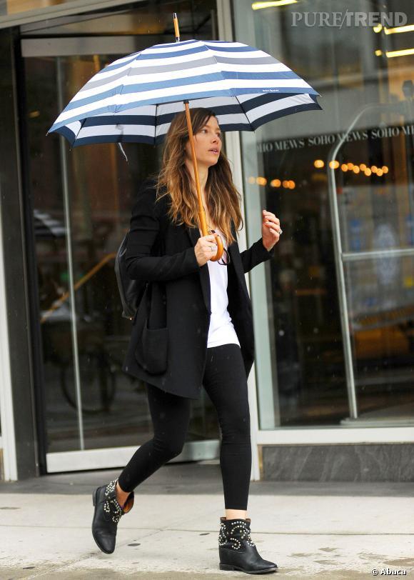 Jessica Biel, rock'n roll avec son parapluie rayée dans les rues de New York ce 28 août 2013.