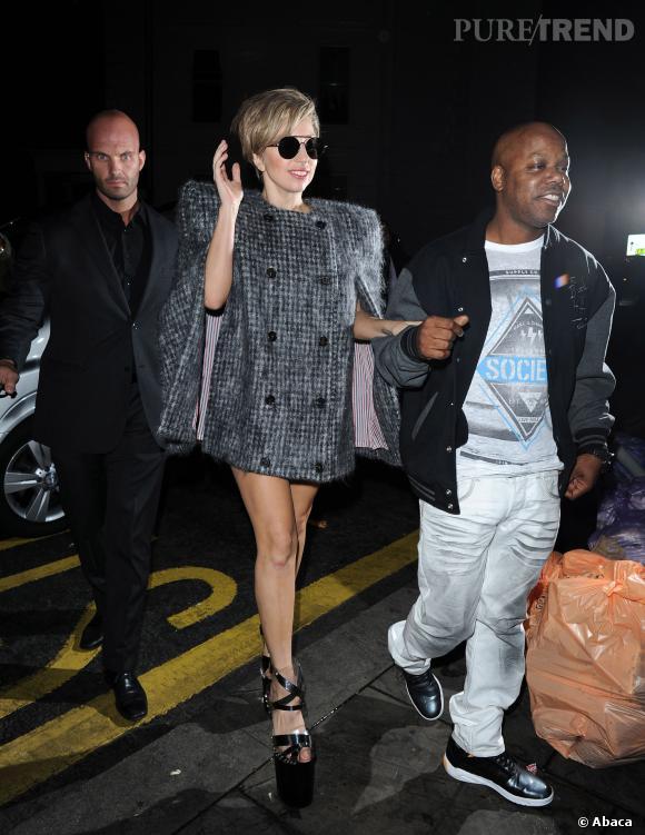Lady Gaga porte une cape Tom Browne et des chaussures Omar Angel Perez.