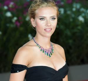 Scarlett Johansson, decollete pigeonnant... et marques de bronzage !