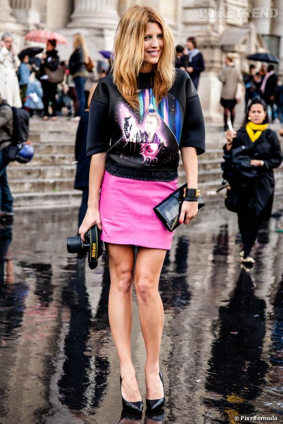 On aime : Le sweat rigide associé à une jupe flashy.