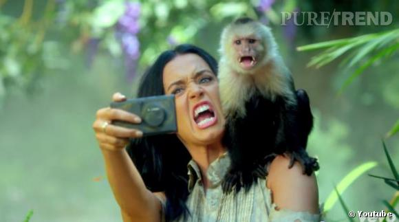 Katy Perry prend des photos souvenirs.