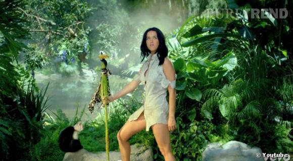 Petit à petit, les vêtements de Katy Perry se font plus petits...