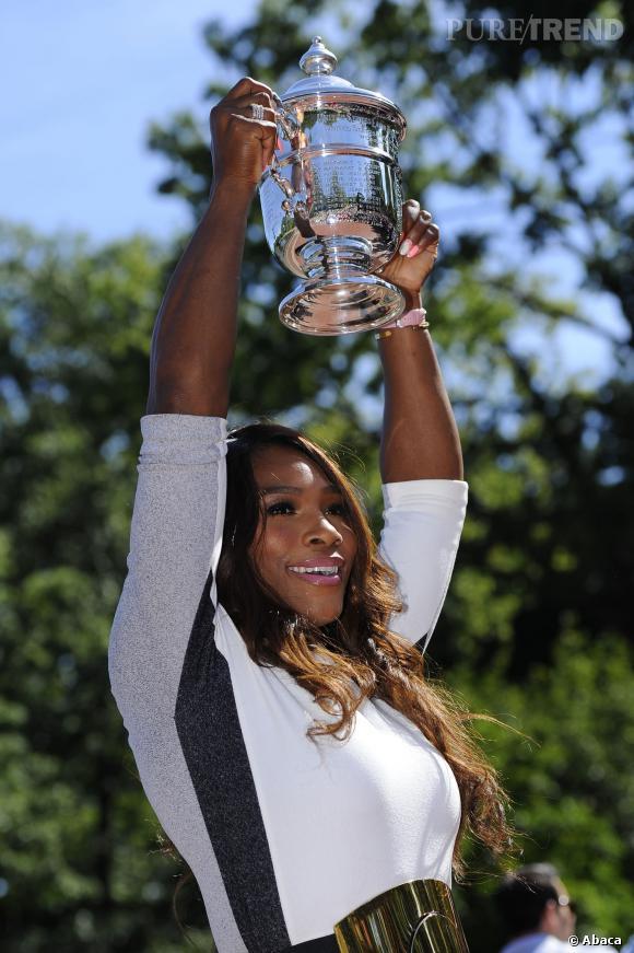 Serena Williams, la grande gagnante de l'US Open 2013 se prête à une séance photo.