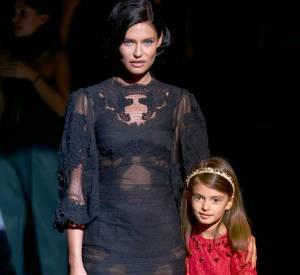 Bianca Balti et sa fille Matilde au défilé Dolce & Gabbana Printemps-Été 2014.