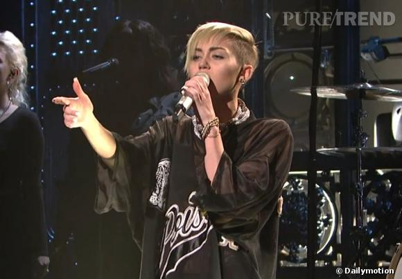 "Miley Cyrus lors de sa performance live à l'émission ""Saturday Night Live""."