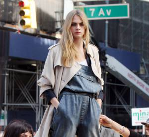 Cara Delevingne en plein Times Square pour DKNY.