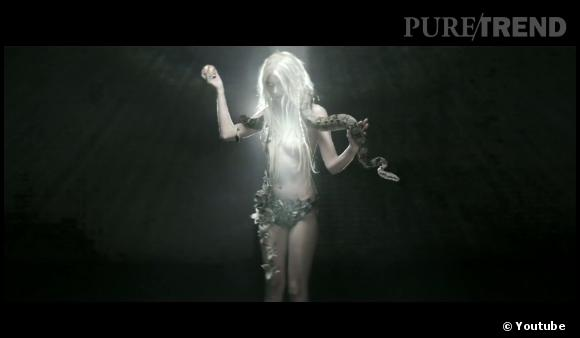 En tenue d'Eve avec un serpent, Taylor Momsen tacle Miley Cyrus de très loin.