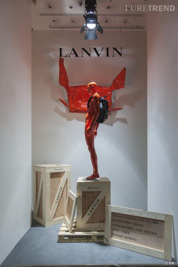 Lanvin fait conjuguer art et mode avec des oeuvres de César dans ses vitrines de la boutique de la Rue Saint-Honoré de Paris.