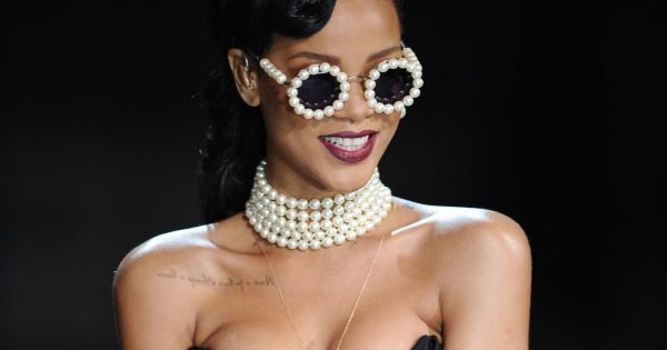 Rihanna boit son champagne dans un escarpin - Boire une coupe de champagne enceinte ...