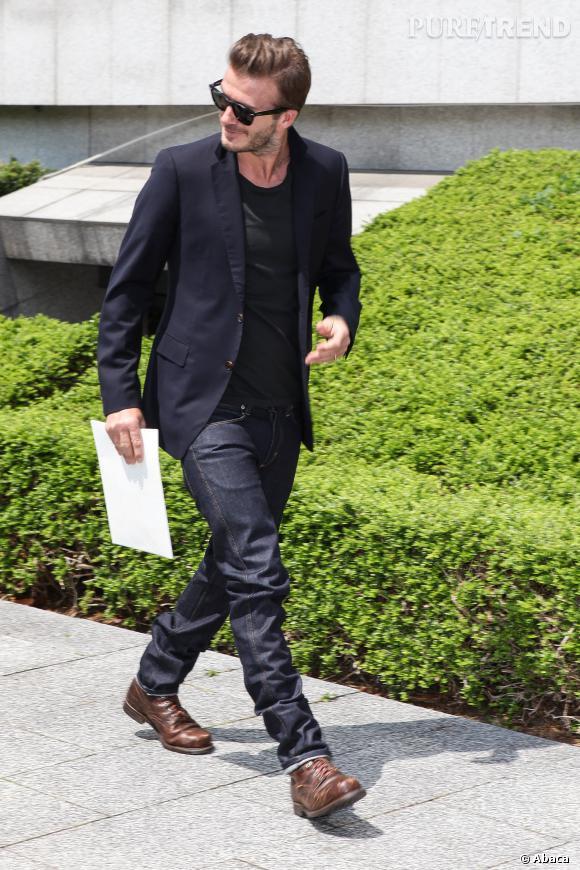 Le look décontracto-chic :  Même en jean et t-shirt, David Beckham pense à ajouter un blazer chic pour se démarquer.