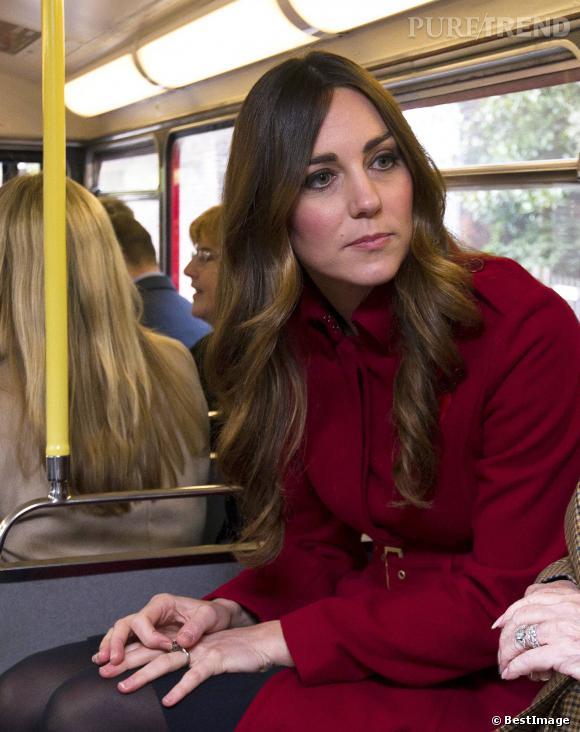 Kate Middleton adopte la raie a milieu mais malheureusement cela ne lui va pas. Ses traits sont marqués. Cela lui donne l'air fatigué.