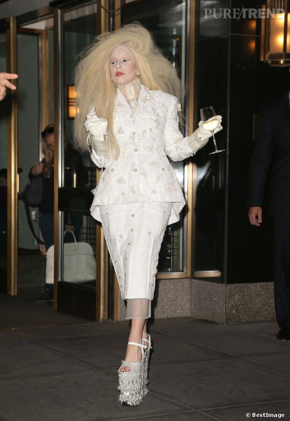 Lady Gaga et ses chaussures hallucinantes (si c'était que ça) aux Glamour Awards 2013.