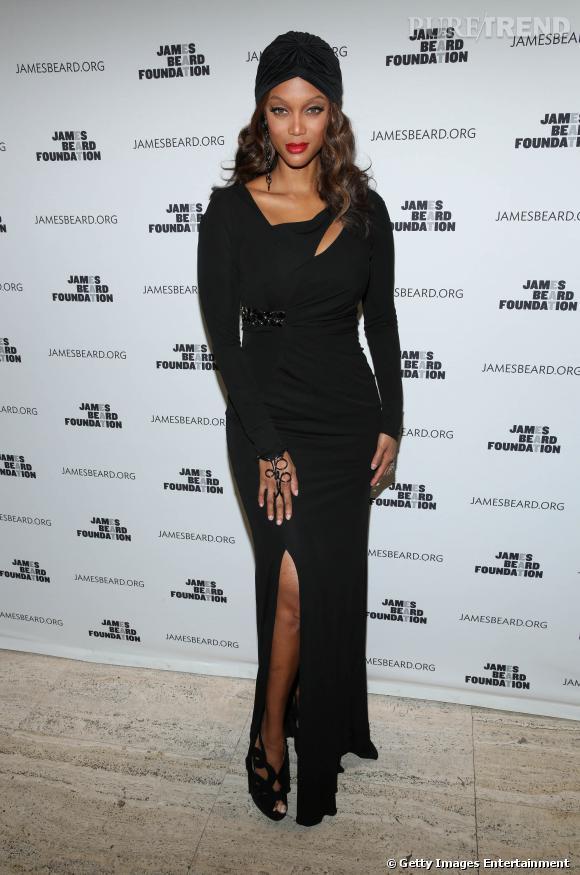 Tyra Banks sculpturale dans sa robe drapée revisite les années 20.