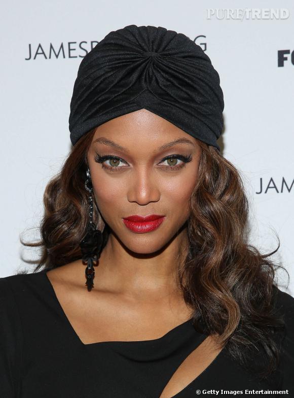 Tyra Banks remet le turban au goût du jour.