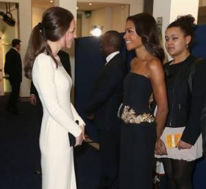 Kate Middleton rencontre Naomie Harris qui incarne la femme de Mandela dans le film.