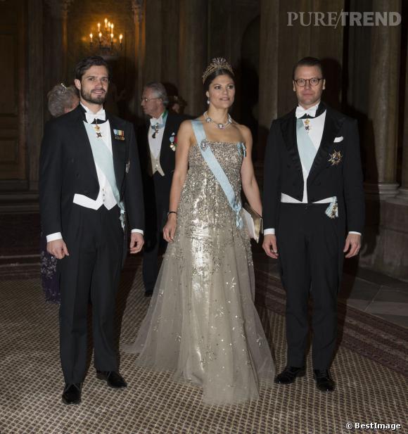 La Princesse Victoria de Suède fait son entrée entre le Prince Daniel, son époux, et le Prince Carl Philip, son frère, lors du gala du Prix Nobel le 11 décembre à Stockholm.
