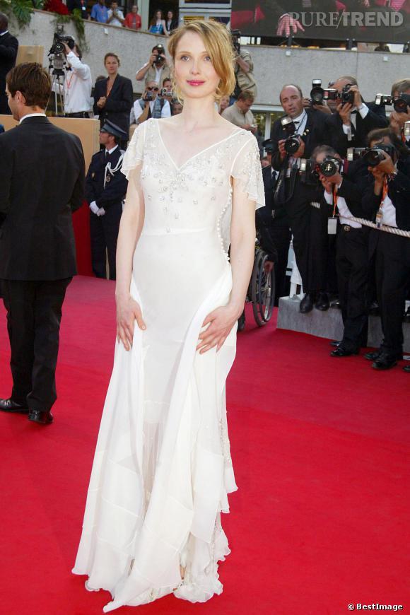 Julie Delpy monte les marches du Festival de Cannes en 2003.