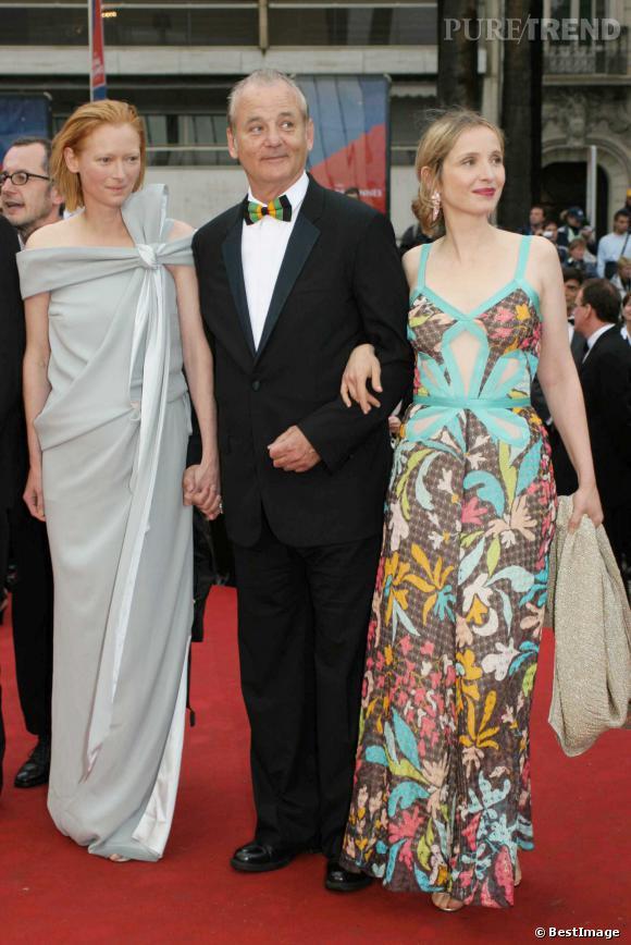 """Julie Delpy et Tilda Swinton au bras de Bill Murray, au Festival de Cannes 2005 pour """"Broken Flowers""""."""