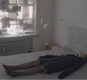 Objets, images, miroirs : Charlotte Gainsbourg se débarrasse de tout.