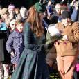 Kate Middleton apporte la touche finale à son look avec un bibi dans les mêmes tons que sa tenue.