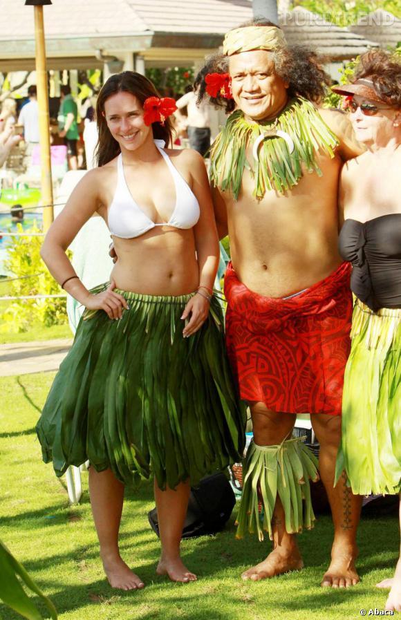 Pour se fondre dans le décor hawaïen, Jennifer Love Hewitt dégaine le pagne.