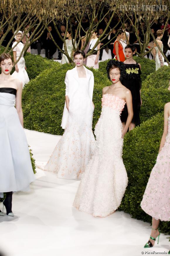 Le 2e défilé Christian Dior Haute Couture de Raf Simons est salué par les médias.