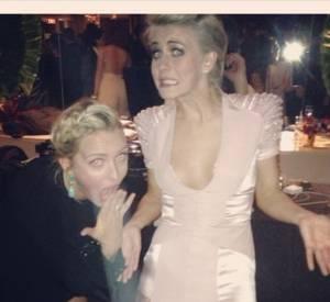 Julianne Hough déchire sa robe aux Golden Globes et en rit.