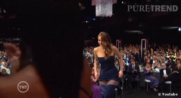 Jennifer Lawrence reste digne même si la moitié de sa robe se détache pour recevoir son SAG Award.