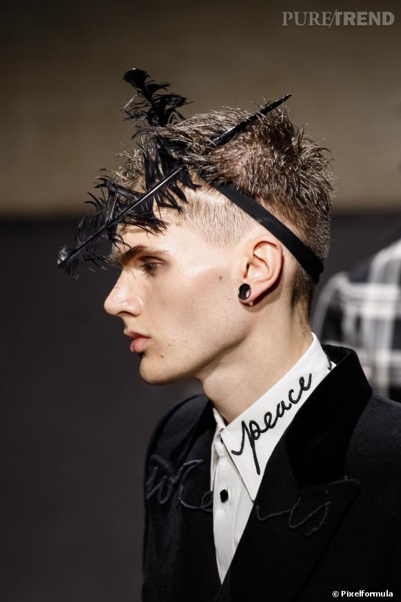 Fashion Week Homme Automne Hiver 2014 2015 Alexander Mcqueen Met Des Plumes Dans Les Cheveux De Ses Hommes Tres Peace Puretrend