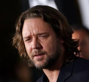 Russell Crowe reste viril avec les cheveux mi-longs, et ça, c'est fort.