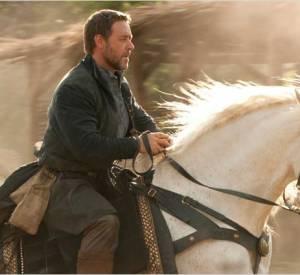 """Russell Crowe est tellement viril, qu'il sait monter à cheval... Le voilà ici au galop dans """"Robin des Bois""""."""