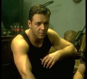 """Enfin, arrêtons-nous sur cette photo du film """"L'Echange""""... Russell Crowe viril, c'est aussi de beaux muscles !"""