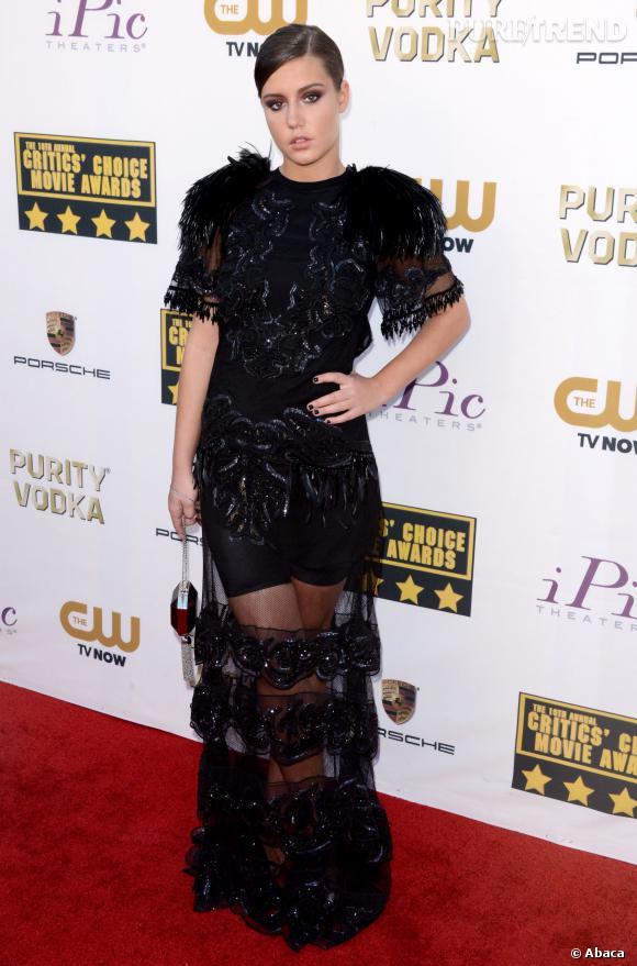 Adèle Exarchopoulos dans une robe transparente et à plumes aux Critic's Choice Movie Awards 2014.