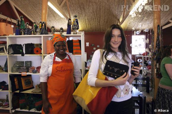 Carla Bruni lors de la visite d'un atelier près de Cape Town.