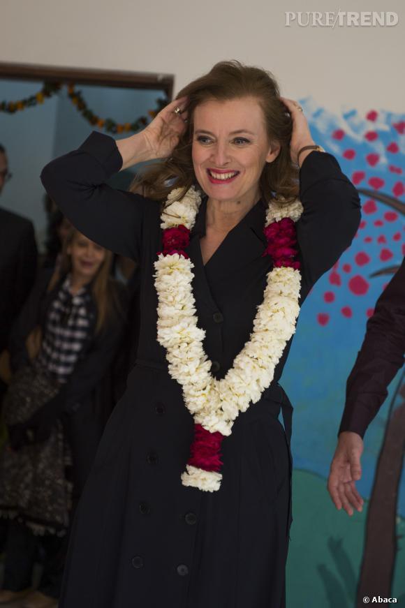 Valérie Trierweiler et le traditionnel collier de fleurs, lors d'un voyage à New Delhi le 14 février 2013.