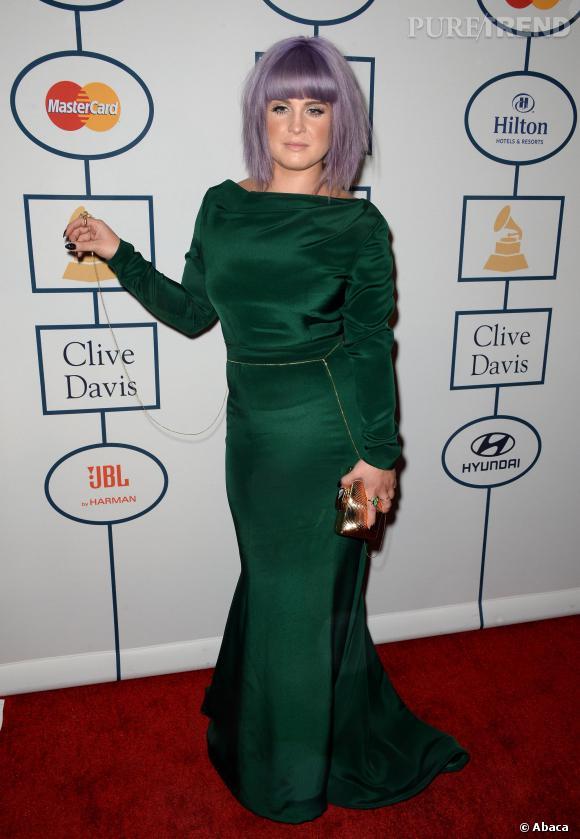 Kelly Osbourne en robe verte au pre-Grammy Awards 2014, mélange étrange avec ses cheveux violet.