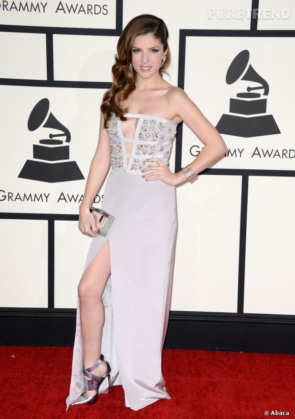 Anna Kendrick au Grammy Awards 2014 : décolleté et fendu très sexy.