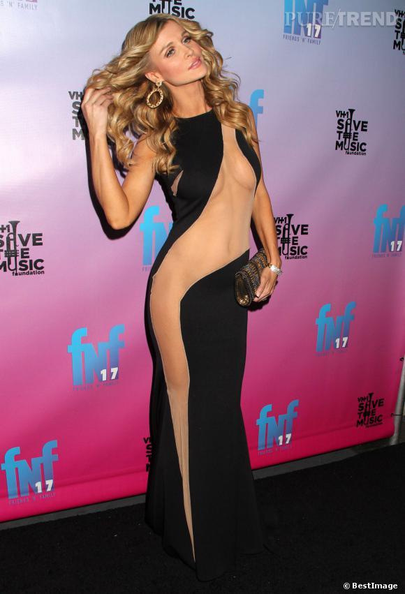 Sex-appeal pour Joanna Krupa qui apparaît très déshabillée sur le tapis rouge des pre-Grammy Awards.