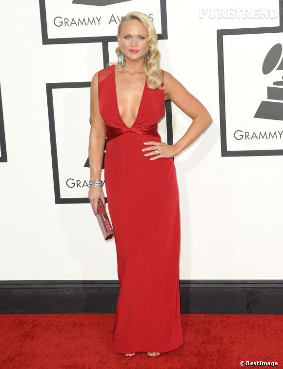 Rouge glamour et décolleté plongeant pour Miranda Lambert.