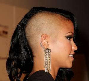 Cassie mise aussi sur le tatouage qui suit la courbe de l'oreille.