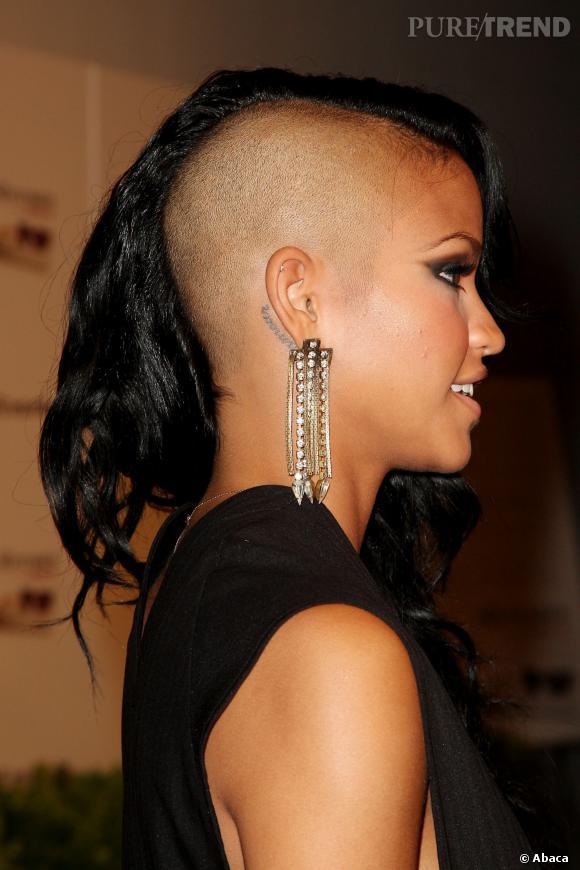 Cassie mise aussi sur le tatouage qui suit la courbe de l 39 oreille puretrend - Tatouage femme derriere l oreille ...