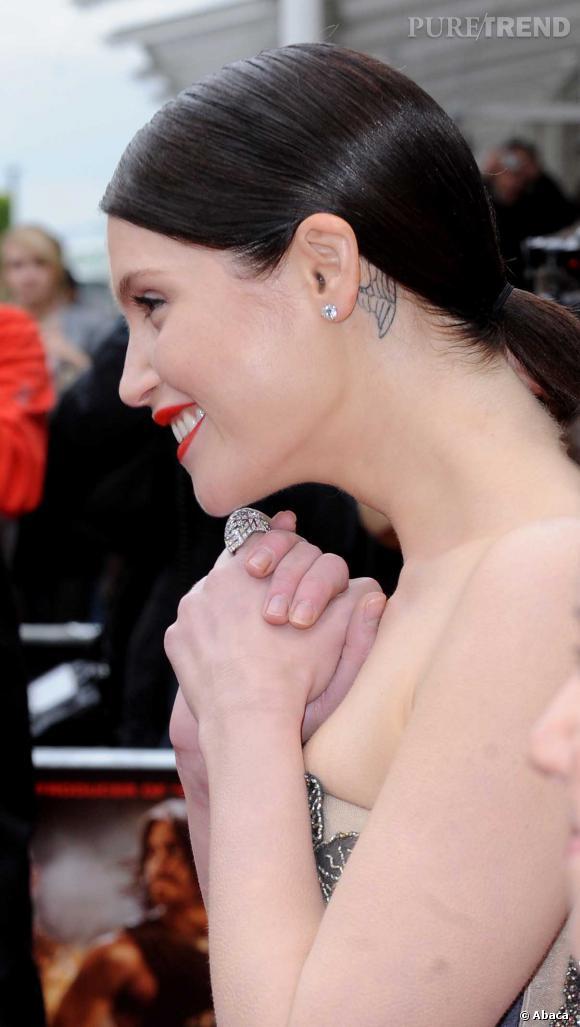 Gemma arterton a une aile d 39 ange tatou e derri re l 39 oreille puretrend - Tatouage femme derriere l oreille ...