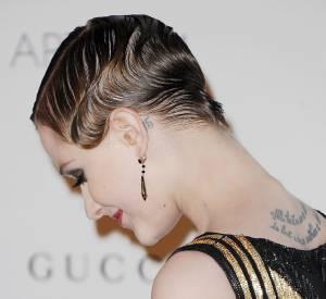 Evan Rachel Wood, fan de tatouages, a elle aussi un tattoo derrière l'oreille.