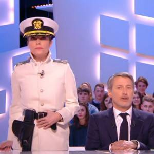 "Daphné Roulier, cravache à la main, hier soir dans ""Le Grand Journal""."