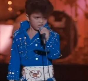 Bruno Mars, adorable sosie d'Elvis à 7 ans dans Lune de miel à Las Vegas.