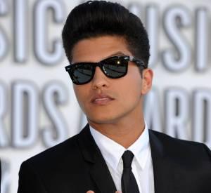 Bruno Mars a gardé la banane rockabilly mais a tombé la combi glitter.