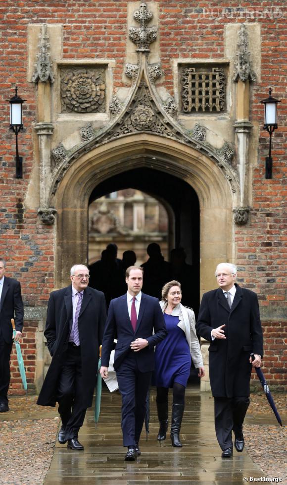 William a dû rester à la fac à Cambridge, dans la grisaille et sous la pluie. On le voit ici sur le campus avec le doyen de la fac et quelques profs.