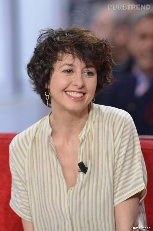 """Valérie Bonneton sur le canapé rouge de """"Vivement dimanche"""" en 2012."""