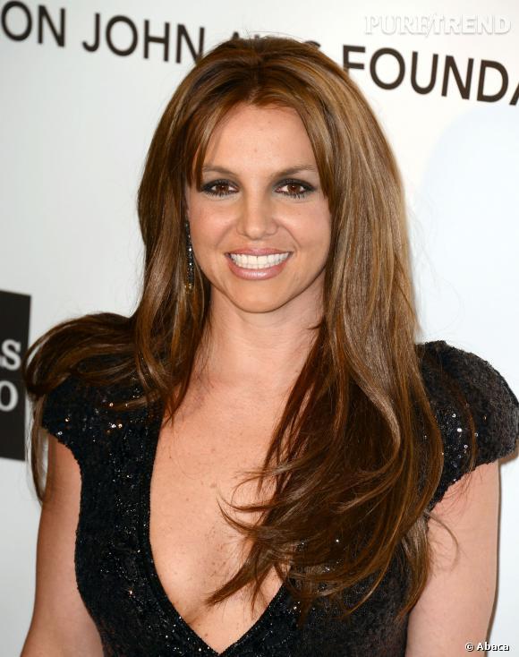 En février 2013 Britney Spears apparaît brune à une soirée... Sublime. On ne s'en remet pas.