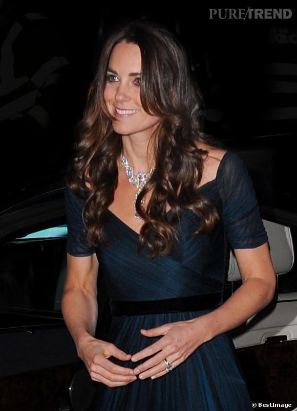 Kate Middleton habille son décolleté d'un collier offert à la Reine Elizabeth lors de son mariage.